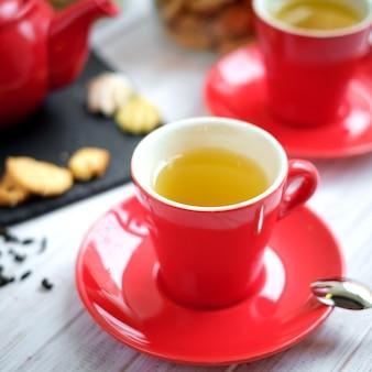 Thé dans une tasse rouge