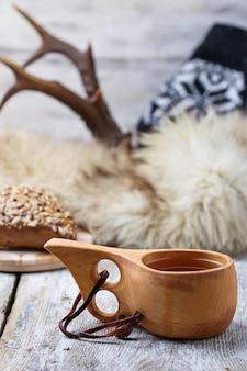 Thé dans une tasse traditionnelle finlandaise kuksa