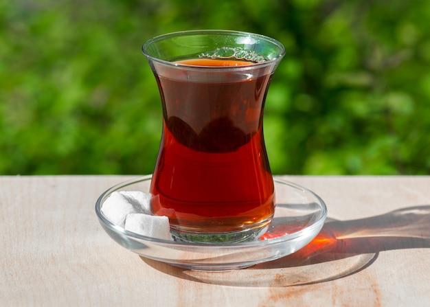 Thé dans un verre armudu