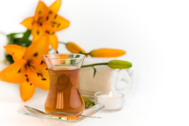 Thé dans un verre avec des fleurs