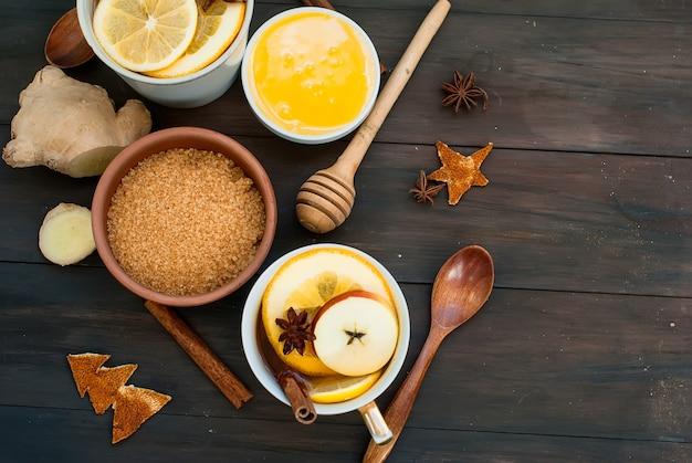 Thé épicé et ingrédients pour préparer le thé