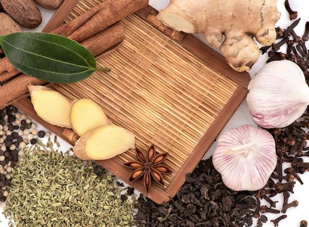 Thé et épices isolés sur blanc