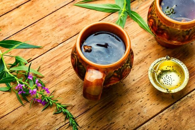 Thé d'épilobe de guérison, table en bois rustique