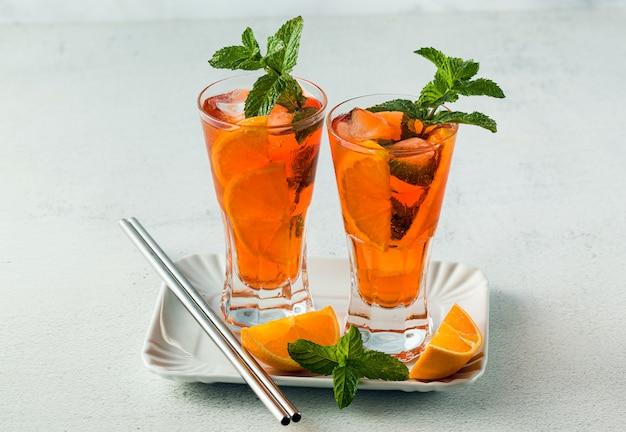 Thé d'été à la menthe à l'orange dans un grand verre. boisson rafraîchissante