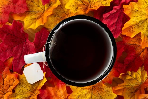 Thé sur les feuilles d'automne