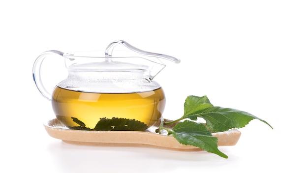 Thé et feuilles de mûrier isolés sur blanc