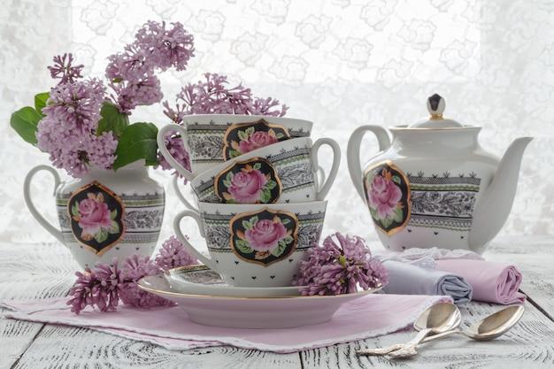 Thé de fleur de sureau chaud avec des fleurs et des feuilles de sureau