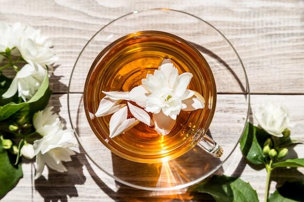 Thé avec fleur sur table en bois