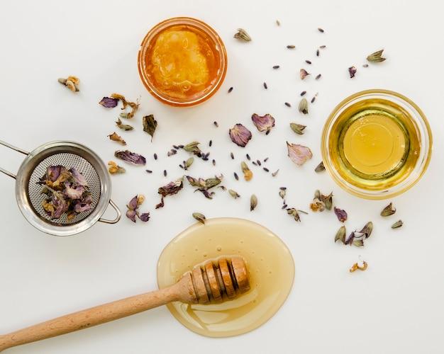 Thé de fleurs avec miel vue de dessus