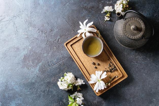 Thé avec des fleurs de printemps