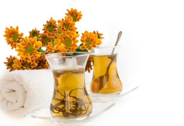 Thé avec des fleurs et des serviettes propres