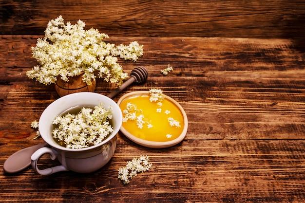 Thé de fleurs de sureau fraîches. boisson chaude, miel, médecine alternative
