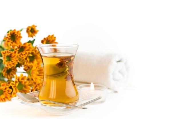 Thé floral avec serviettes et fleurs