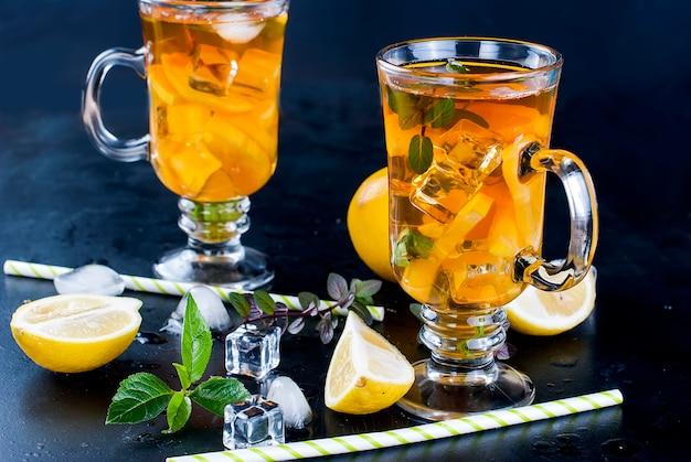 Thé froid au citron, menthe et glace