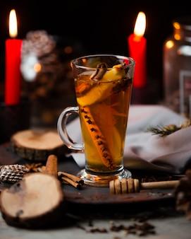 Thé de fruits chaud à la cannelle