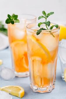 Thé glacé au citron aromatique