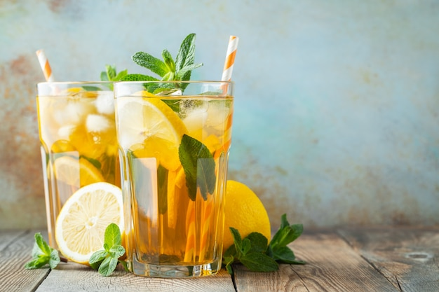Thé glacé au citron et glace dans de grands verres.