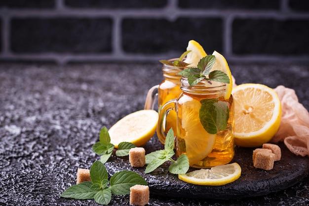 Thé glacé au citron et à la menthe.