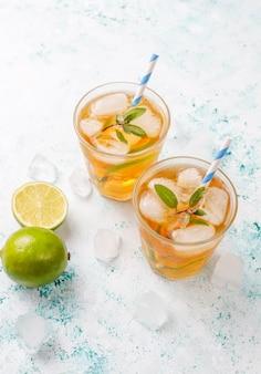 Thé glacé au citron vert et glace