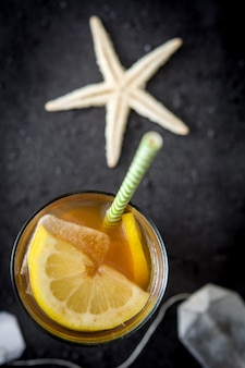 Thé glacé au citron vue de dessus copie espace