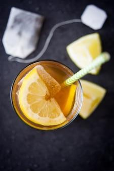 Thé glacé au citron vue de dessus