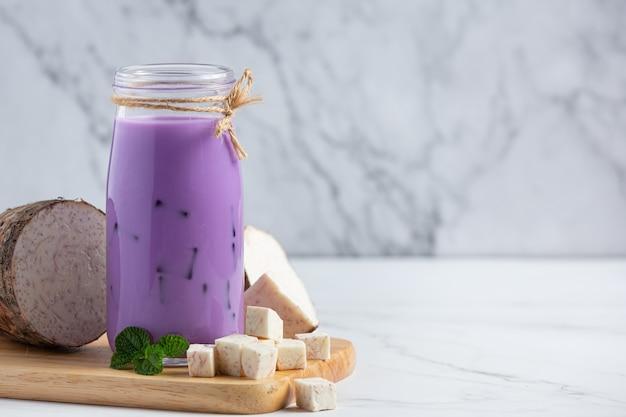 Thé glacé aux pommes de terre taro sur table