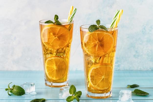 Thé glacé aux tranches de citron et à la menthe