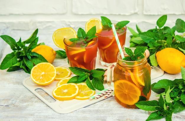 Thé glacé, citron et menthe. mise au point sélective.