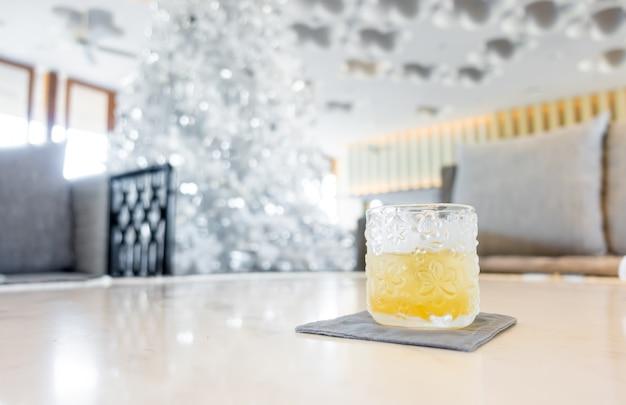 Thé glacé dans un beau verre