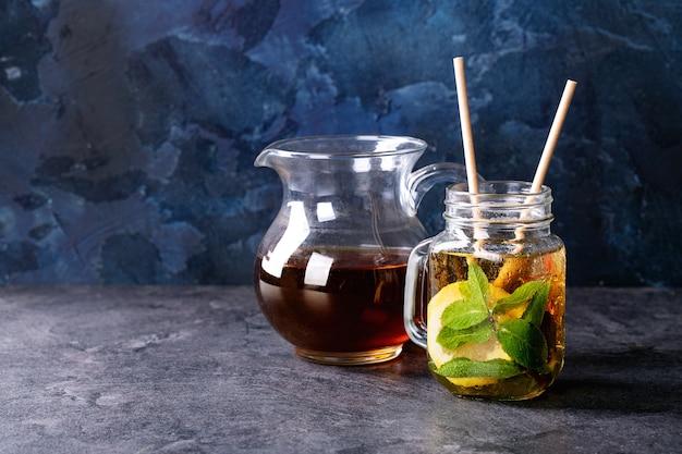 Thé glacé dans un bocal en verre
