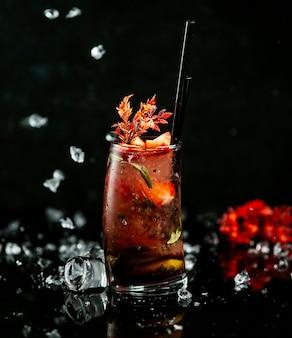 Thé glacé à la pastèque sur la table