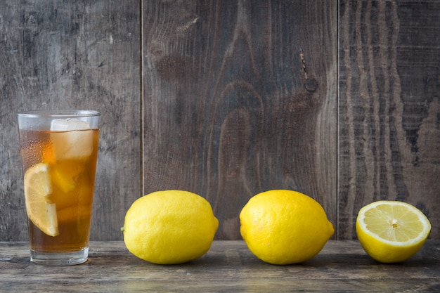 Thé glacé rafraîchissant au citron sur une table en bois