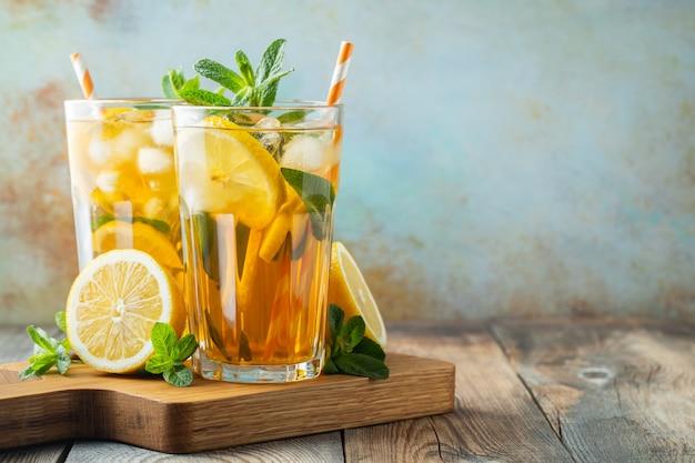 Thé glacé traditionnel au citron et glace.