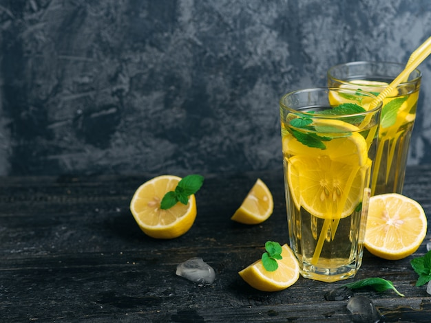 Thé glacé traditionnel au citron et à la menthe