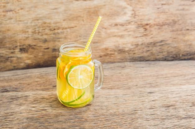 Thé glacé avec une tranche de citron en pot mason