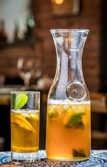 Thé glacé avec des tranches de citron et de menthe