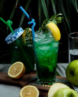 Thé glacé avec de la verdure et du citron