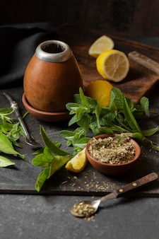 Thé à grand angle avec de la chaux et de la menthe