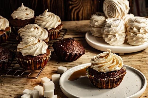 Thé guimauve et cupcake sur un fond de table de dessert