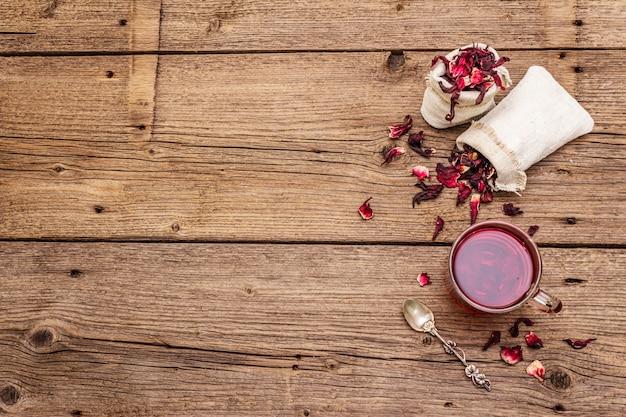 Thé d'hibiscus chaud. pétales secs, sacs en lin. concept d'aliments sains et d'autosoins.