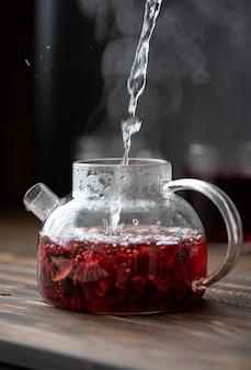 Thé d'hibiscus infusé dans une théière en verre