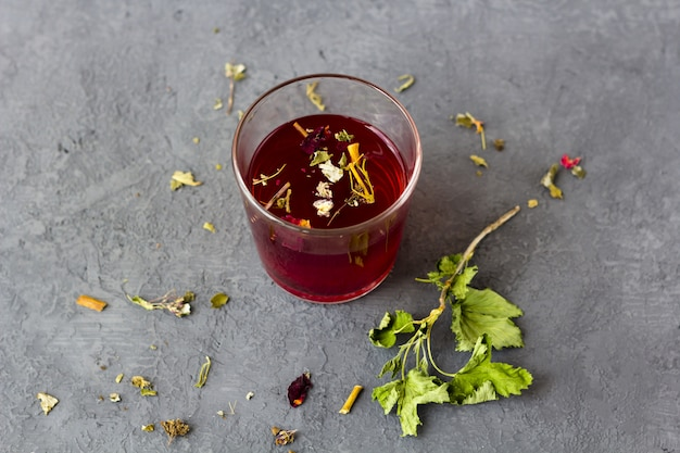 Thé d'hibiscus rouge dans une tasse en verre