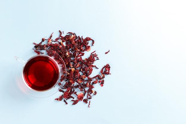 Thé d'hibiscus sain dans une tasse transparente