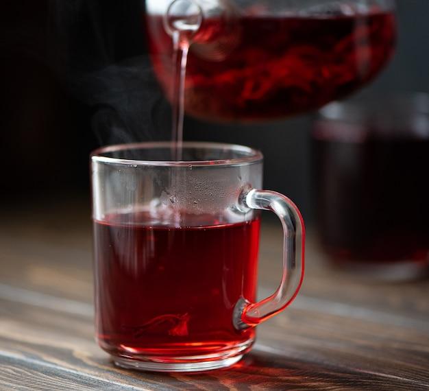 Thé d'hibiscus versé dans une tasse