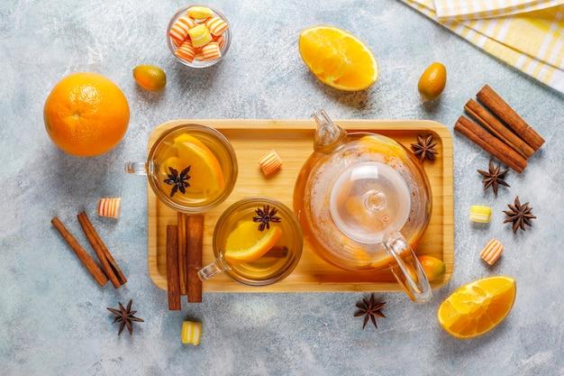 Thé d'hiver chaud et sain avec de l'orange, du miel et de la cannelle.
