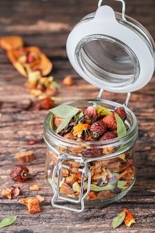 Thé d'hiver avec des feuilles et des noix