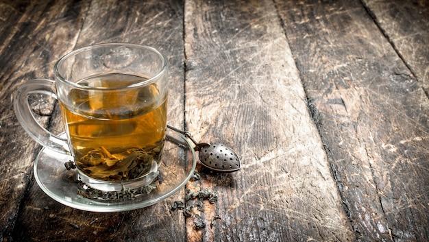 Thé indien aromatique sur fond de bois