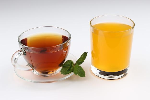 Thé et jus sur un blanc