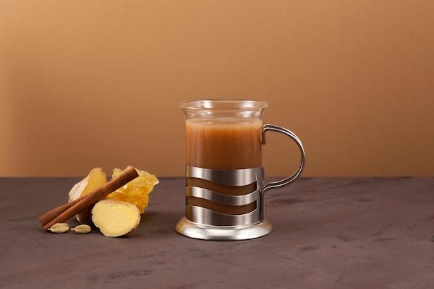 Thé karak ou adrak chai - boisson au gingembre indienne populaire.