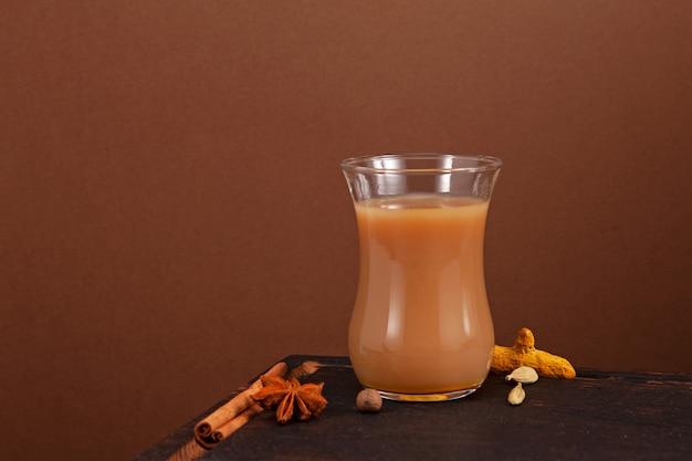 Thé karak ou masala chai sur fond marron espace de copie de mise au point sélective